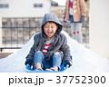 雪遊びをする子供 37752300
