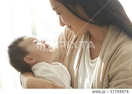 赤ちゃんを抱く女性  37768878