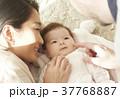 国際結婚 夫婦 赤ちゃん 添い寝 37768887