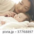 赤ちゃんとママ 添い寝  37768897