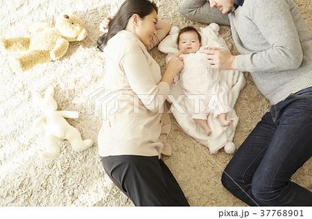 国際結婚 親子 赤ちゃん 添い寝 37768901