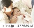 国際結婚 夫婦 赤ちゃん 添い寝 37768918