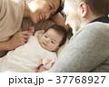 国際結婚 夫婦 赤ちゃん 添い寝 37768927