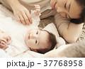 国際結婚 夫婦 赤ちゃん 添い寝 37768958