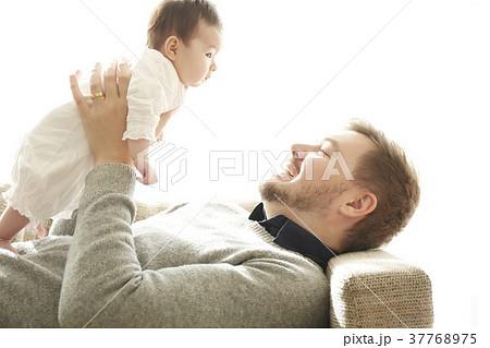 赤ちゃんを抱きあげるパパ 37768975