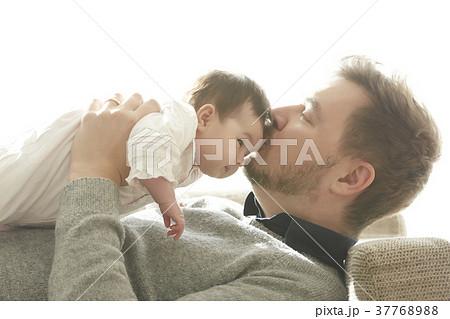 赤ちゃん パパ キス 親子 37768988