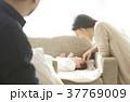 親子 赤ちゃん 両親の写真 37769009