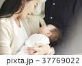 国際結婚 赤ちゃんを抱く夫婦 ポートレート 37769022