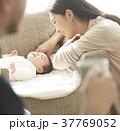 女性 親子 赤ちゃんの写真 37769052