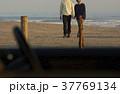 夫婦 カップル 海岸の写真 37769134