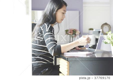 パソコン 女性 在宅 ビジネス 学習 37769170