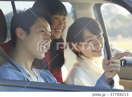 ドライブをする家族 37769215