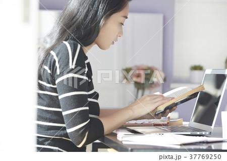 パソコン 女性 在宅 ビジネス 学習 37769250