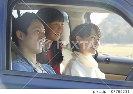 ドライブをする家族 37769251