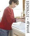 キッチンにいる女性 37769265