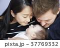 国際結婚 赤ちゃんにキスする夫婦 37769332