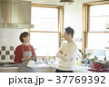 キッチンにいる夫婦 37769392