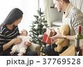 クリスマスを楽しむ家族 37769528