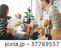 クリスマスを楽しむ家族 37769557