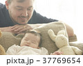 赤ちゃんを見守る父親 37769654