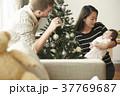 ホームパーティ クリスマスツリーを飾る家族 37769687