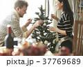 ホームパーティ クリスマスツリーを飾るカップル 37769689