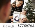 クリスマスを楽しむ家族 スマホ 撮影 37769708