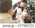 クリスマスを楽しむ家族 スマホ 撮影 37769722