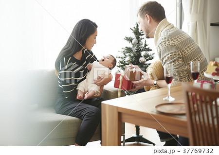クリスマスを楽しむ家族 37769732