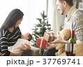 クリスマスを楽しむ家族 37769741