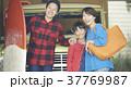 ガレージにいる家族 37769987