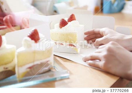 ケーキ屋さんで箱詰めする手 37770266
