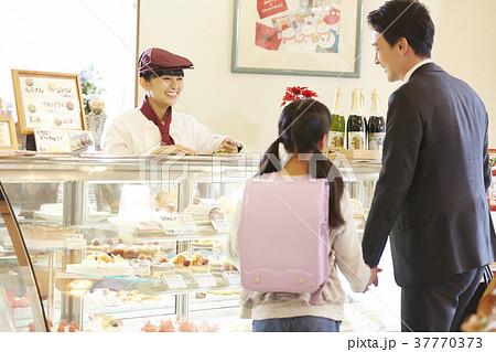 ケーキ屋でアルバイトをする女性 37770373