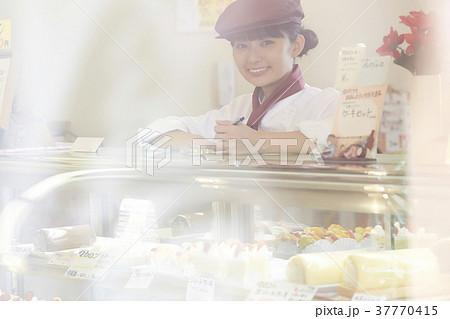 ケーキ屋でアルバイトをする女性 37770415