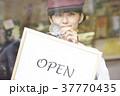 ケーキ屋でアルバイトをする女性 37770435