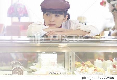 ケーキ屋でアルバイトをする女性 37770480