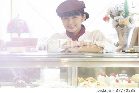 ケーキ屋でアルバイトをする女性 37770538