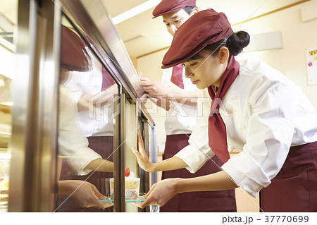 ケーキ屋でアルバイトをする女性 37770699