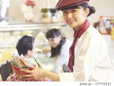 ケーキ屋でアルバイトをする女性 37770832