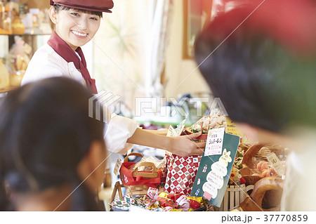 ケーキ屋でアルバイトをする女性 37770859