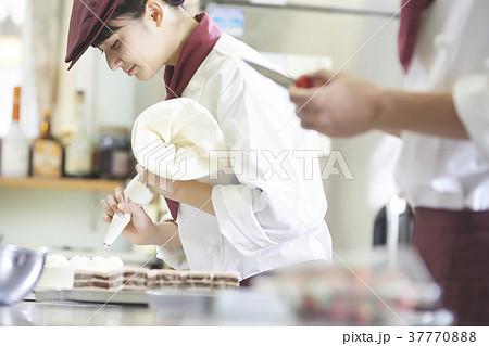 ケーキ屋でアルバイトをする女性 37770888