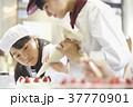 ケーキ屋の仕事を手伝う子供 37770901