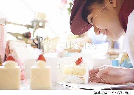 ケーキ屋でアルバイトをする女性 37770960