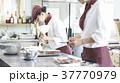 ケーキ屋でアルバイトをする女性 37770979