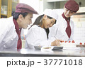 ケーキ屋の仕事を手伝う子供 37771018