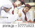 ケーキ屋の仕事を手伝う子供 37771023
