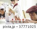 ケーキ屋の仕事を手伝う子供 37771025