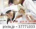 ケーキ屋の仕事を手伝う子供 37771033