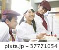 ケーキ屋の仕事を手伝う子供 37771054