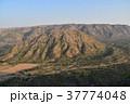 インドのプシュカル 山頂のヒンドゥー寺院から見たプシュカルの街並みと山々  37774048